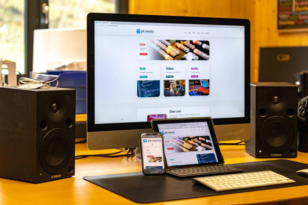 iMac, iPad und iPhone mit geöffneter Pk-Media Website