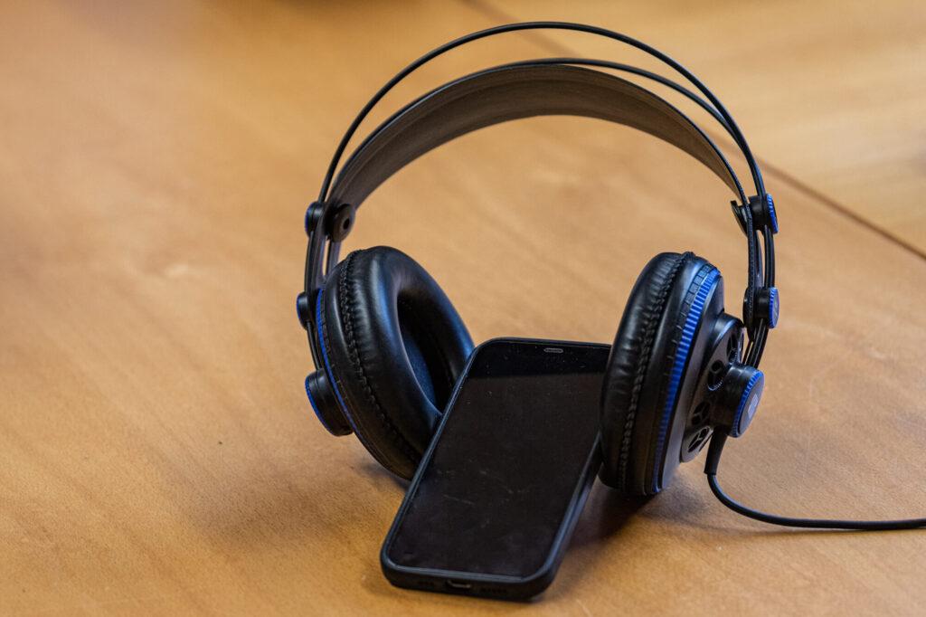 Smartphone mit aufgesetzten Kopfhörer