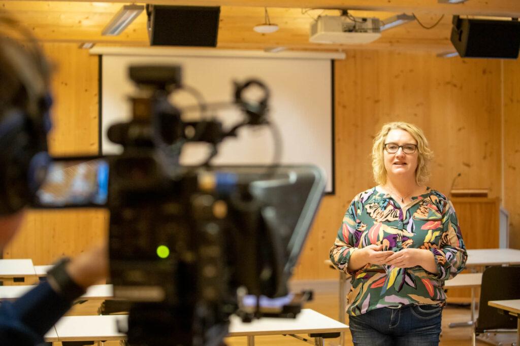 Heidi Pütter spricht vor laufender Kamera
